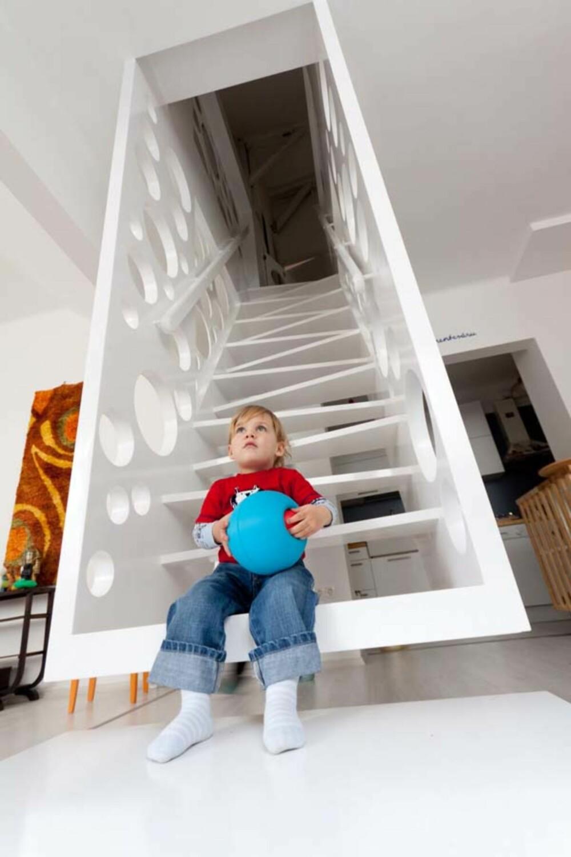 LEKEPLASS: Husets to barn synes det er stas med den kule trappen.