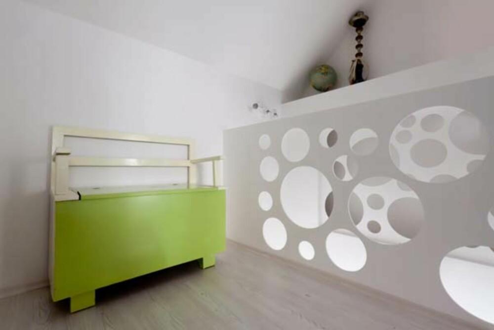 TEATRALSK: Samspillet mellom lys og skygge blir mest synlig oppe i andre etasje, hvor trappen er blitt en del av veggen.