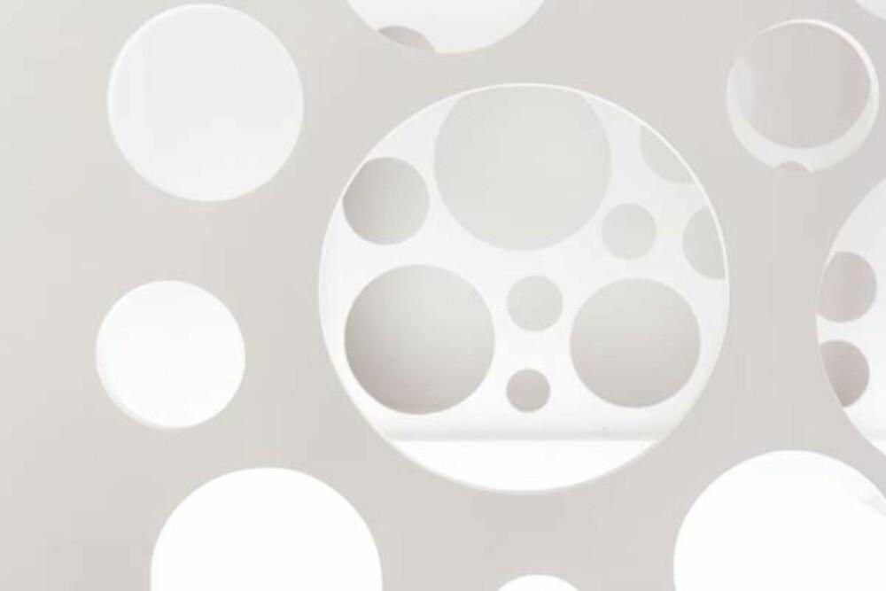 SOM EN OST: De runde hullene i trappen skulle være inspirert av vinduene i leiligheten.