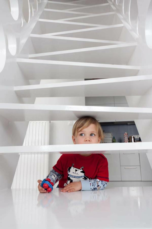 NYSGJERRIG: Barna i huset liker å utforske interiøret.