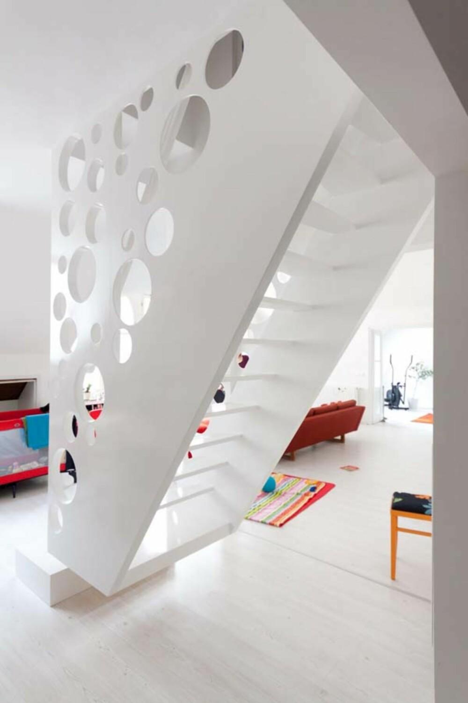 """BRATT: På grunn av den begrensede gulvplassen i stue/oppholdsrom ble det nødvendig å """"""""henge opp"""""""" husets trapp."""