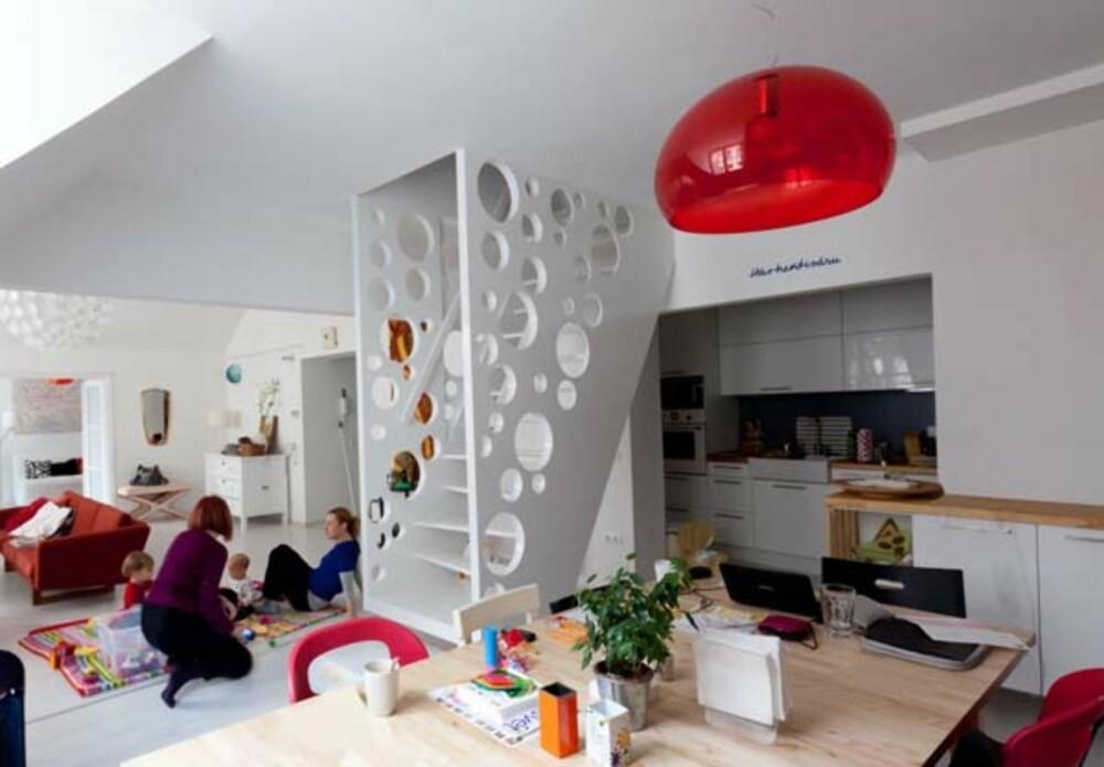 MIDTPUNKT: Trappen tar minimalt med plass, men er likevel det første man ser når man kommer inn i leiligheten.