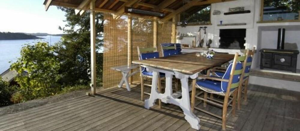 UTESTUE I LE: Denne utestuen har tak og utekjøkken, samt peis, slik at man holder varmen på kjølige netter.