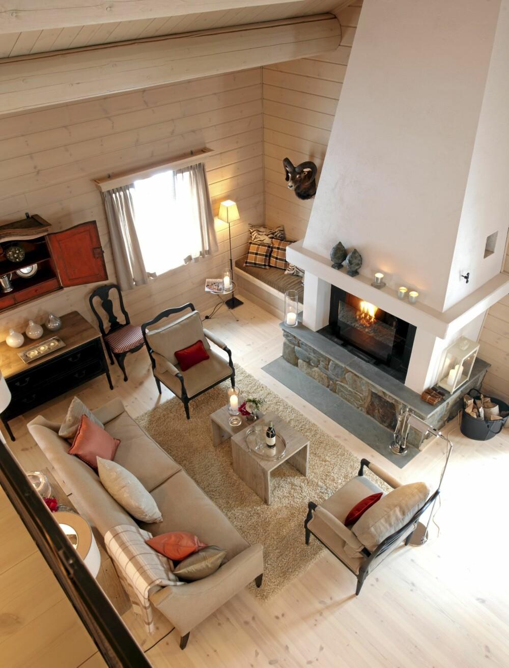 """LETT OG LUFTIG: Med god plass rundt seg får alle møblene mulighet til å """"puste"""". Her er det møblert, men ikke overmøblert. Selv om fargene som er brukt er i en dempet skala, er atmosfæren i rommet frisk og frodig."""