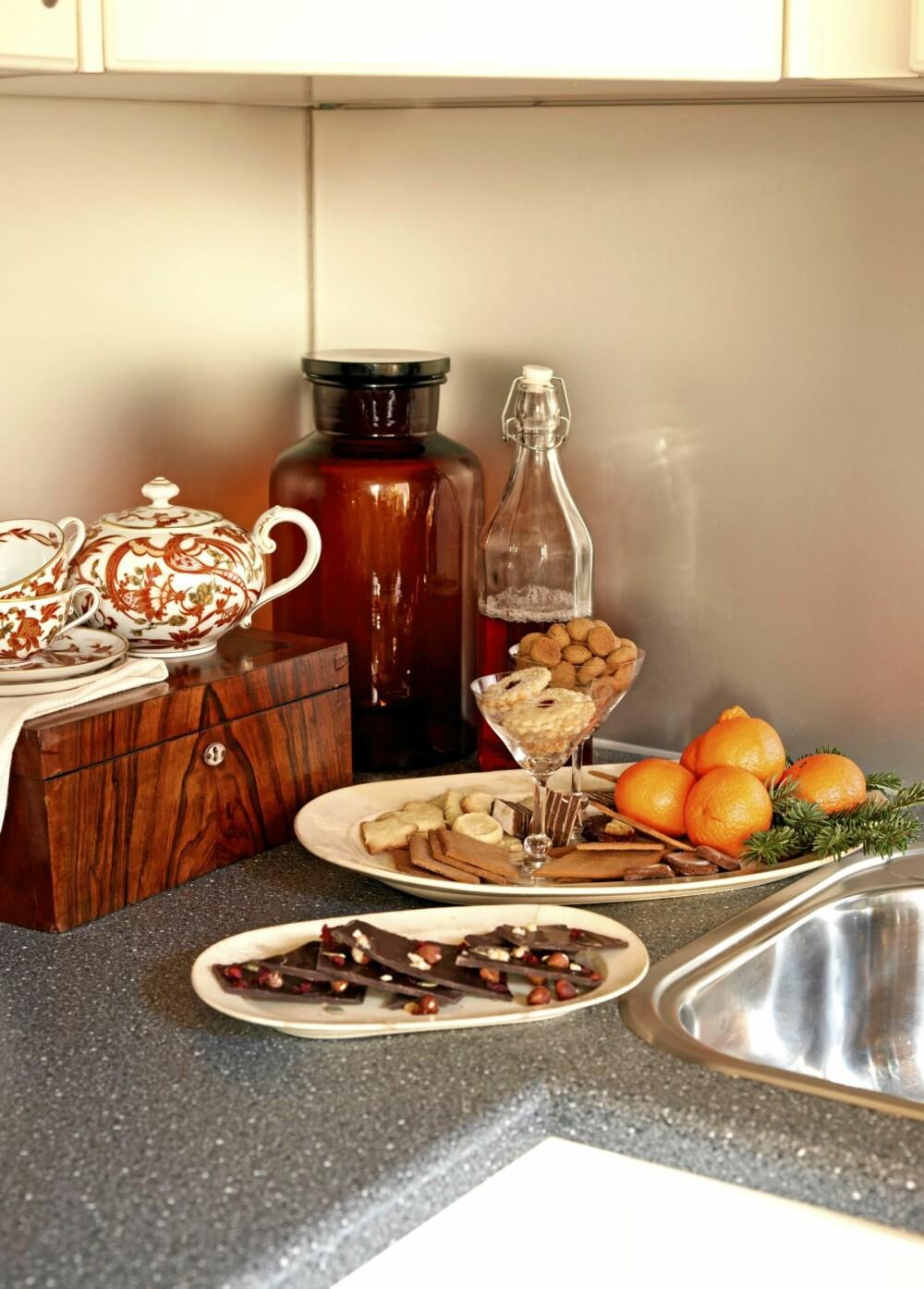 NY FUNKSJON: Gamle ting skal brukes, ikke stues bort, mener Tim. Antikke champagneglass brukes som serveringsskåler for småkaker og sjokolade. Kaffeservise fra Rosenthal.