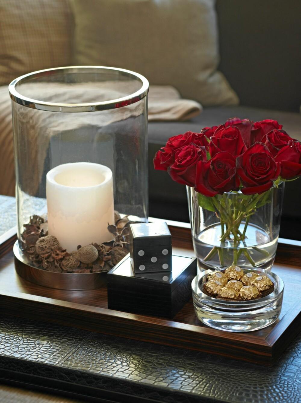 SALONGBORDET: På salongbordet står et brett fra Konzept HP, dekorert med en lykt, en terning og en vase fra Christian's.