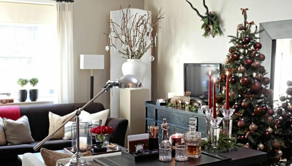 STOR JUL PÅ LITEN PLASS: Kontraster i materialvalg får leiligheten til å virke større.