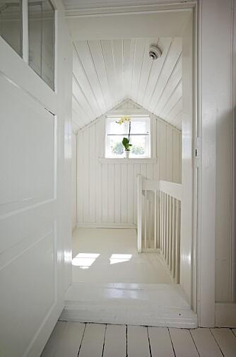 SAKRALT: Ved å bruke lik farge på alle store flater skapes en sakral følelse i rommet. Fra interiørdesignerens loft.
