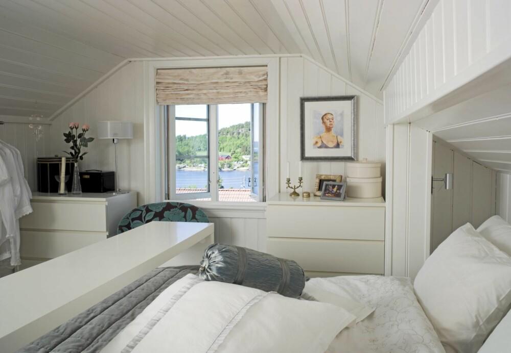 HVITE DRØMMER: Fra interiørdesignerens soverom er det fjordutsikt. Det hvite har fått fargeklatter i grått, blått og turkis.