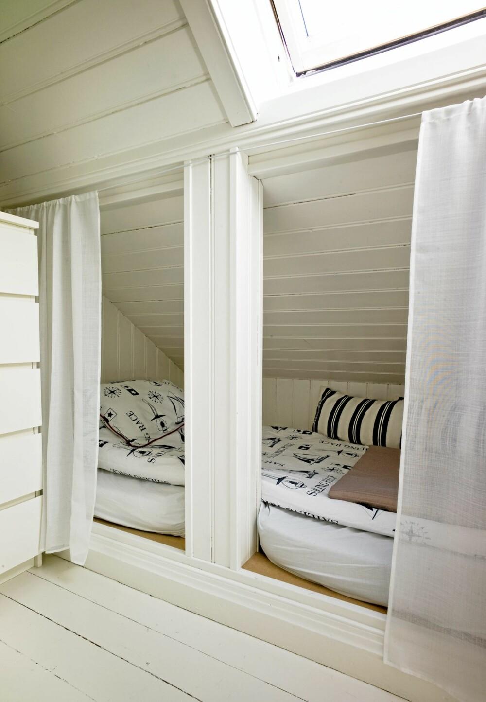 GJESTFRITT: Hver krok og krik i det gamle huset er utnyttet. Kneveggene på loftet er brukt til gjesteplass og garderober.