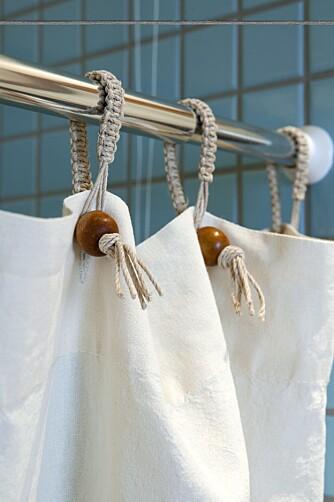 RETTSKAFFEN CANNABIS. Forhenget kjøpt på www.drapersorganiccotton.co.uk består av økologisk dyrket hamp. Stoffet blir vått i løpet av en dusj, men tørker hurtig.