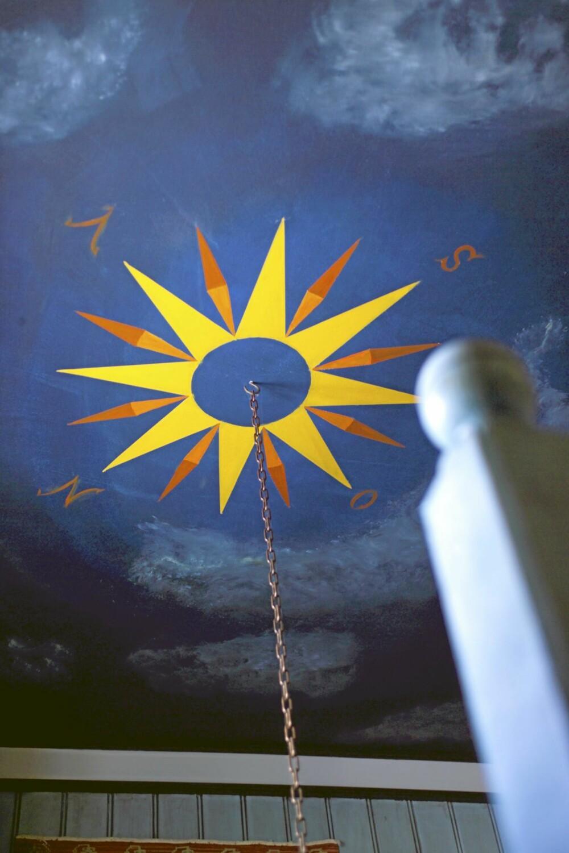 DEKOR I HØYDEN: Roser er et kjent motiv i den gamle dekorkunsten i Oppdal. Her fra trappegangen i hovedhuset på Bjerkaker-tunet.