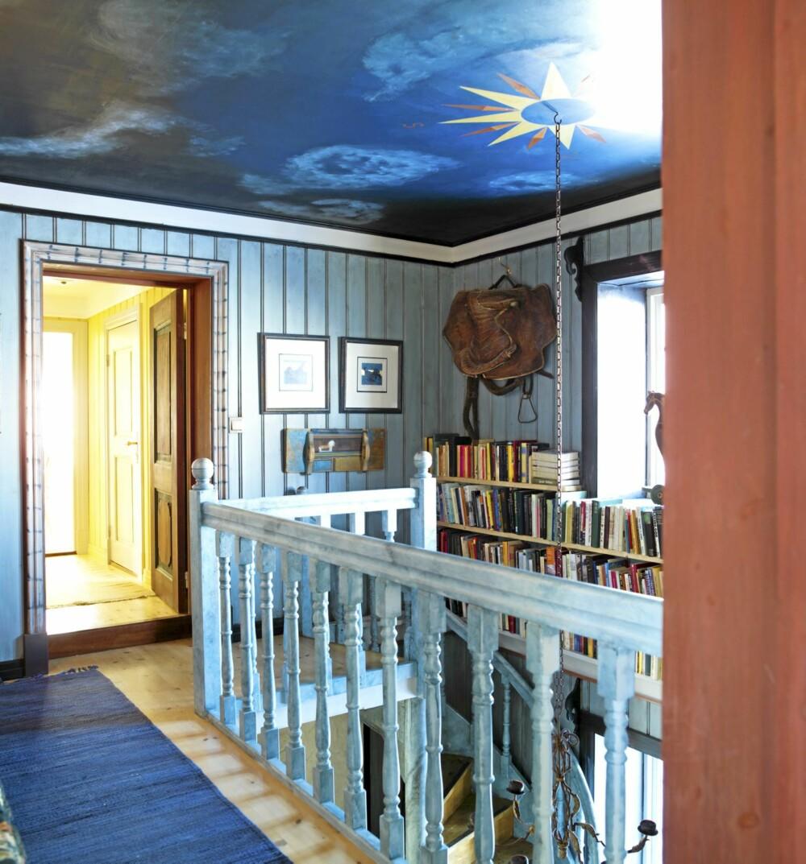 KRAFTIG KONTRAST: Oppe i annen etasje i drømmegården som Lise Skjåk Bræk leier ser du hvordan lyse soverom står i kontrast til den eventyrlige, blå trappegangen.