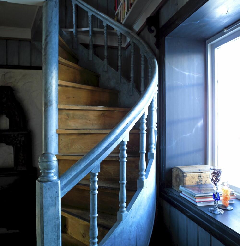 EN BLÅ TRÅD: Den kraftige, blå fargen binder sammen første og annen  etasje.