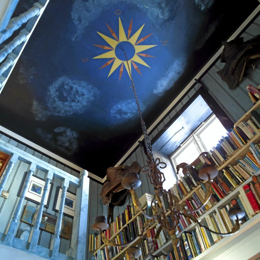 HIMMELSK: Kompassrosen i himlingen bidrar til visuelt å redusere høyden i trapperommet.