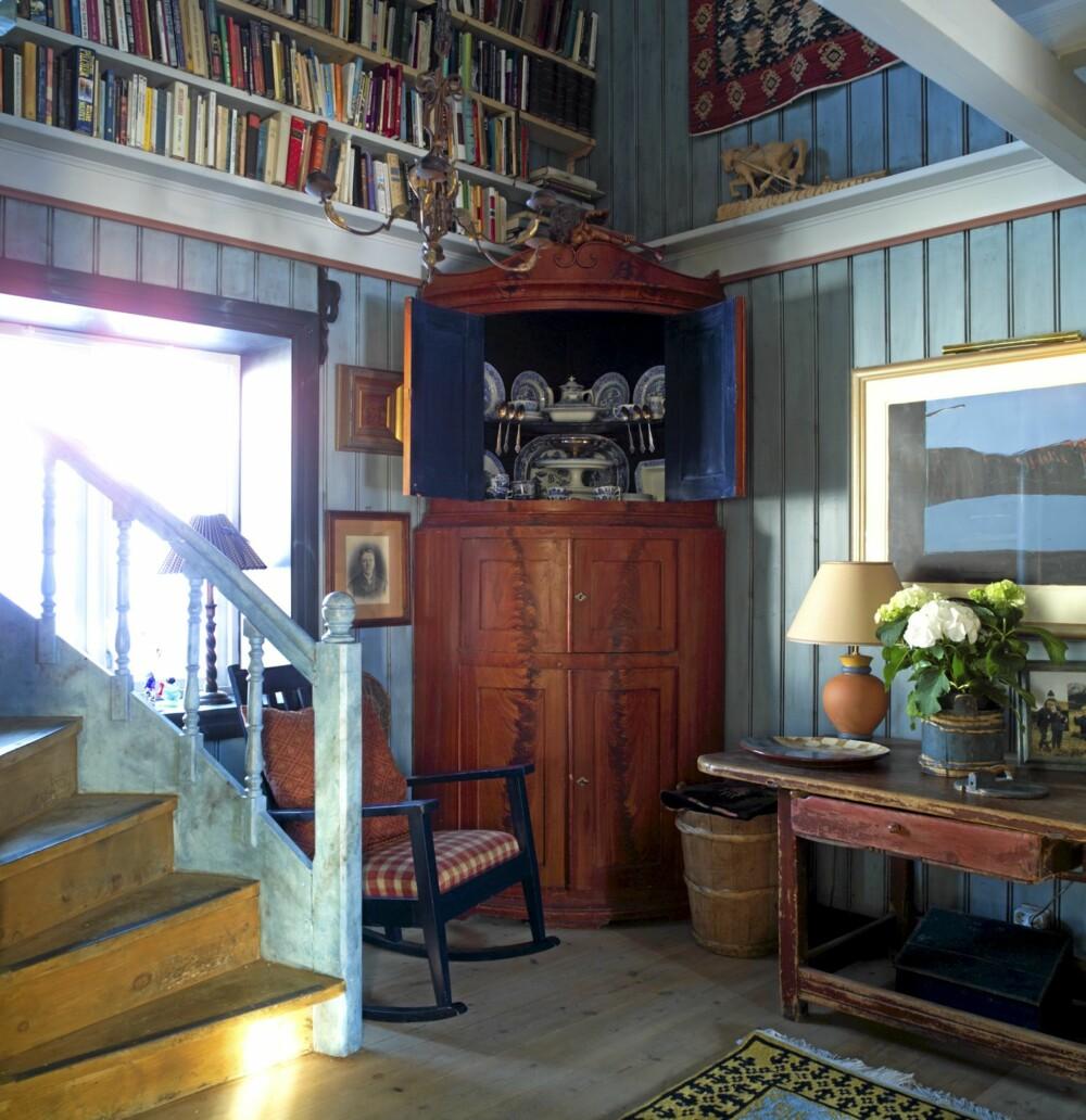 """GRENSELØST: I den blå delen av første etasje ser du blant annet et blått bilde av Kjell Nupen og et gulvteppe fra Skjåk Bræks """"Norwegian Heritage""""-kolleksjon, designet for norskamerikanere, lagd av sherpafolket i Nepal."""