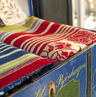 FORNYELSE AV GAMLE, NORSKE MØNSTRE: Pleddene i kisten er et vellykket, nygammelt design signert  Solveig Hisdal og Oleanna.