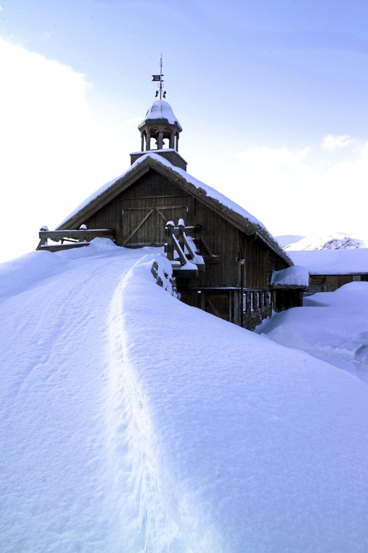 HØYREIST: Annet hvert år arrangereres det drakt- og kunstutstillinger  i den staselige høylåven på Bjerkakertunet.