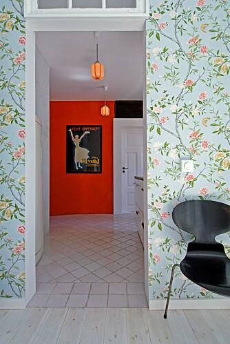 RØDT: Den dype mursteinsrøde fargen på kjøkkenveggen er hentet fra den store reklameplakaten på veggen. Bildet er tegnet av Lene Stangeby Gevings bestefar, illustratøren Arne Erik Johnson.