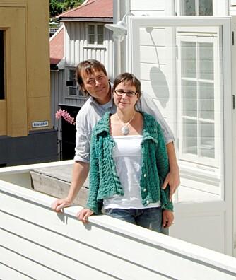 PAR I OPPUSSING: Lene Stangebye Geving og Atle Geving har flere store oppussingsprosjekter på samvittigheten. Tidligere har de gjennomført en dristig fornyelse av en gammel bygårdsleilighet i Oslo (vist i Bonytt nr. 9/2001). I dag bor og arbeider de idet gamle Enebak Aktiemeieri og Landhandleri, som de har fonyet etter alle kunstens regler (vist i Bonytt 14/2006). Her er paret fotografert på verandaen utenfor sveitservillaen i Arendal, der de tilbringer mest mulig av ferier og fridager. Se mer på www.fulltank.org.
