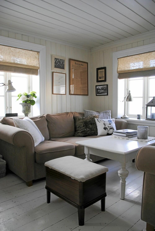 Stuen er lunt innredet i ulike jordtoner.