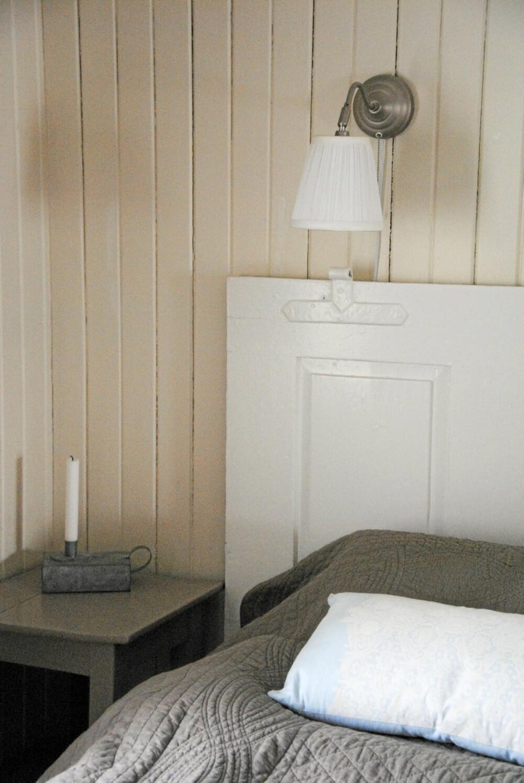 På soverommet er en gammel dør brukt som hodegjerde.