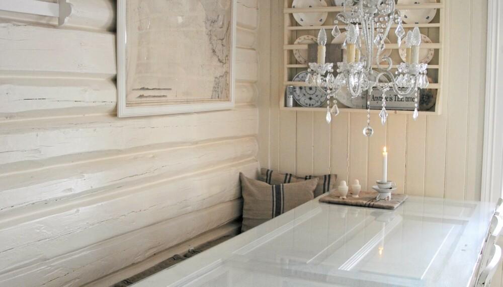 Spiseplassen har  en flott bordplate laget av en gammel dør.