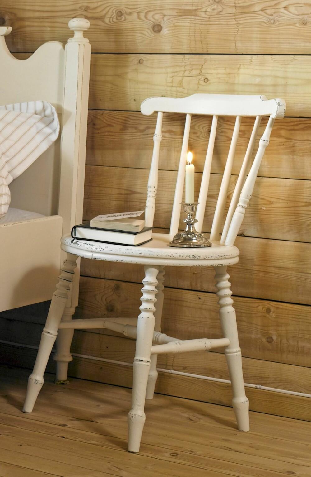 SHABBY STOL: Ønsker du et shabby og landlig uttrykk på møblene dine kan du pusse kantene med sandpapir etter at den hvite malingen har tørket. Denne er pusset opp av langstad.no