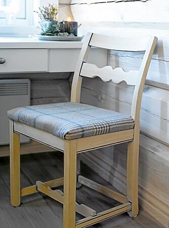 NEDPUSSET: Ønsker du et trehvitt uttrykk kan den gamle malingen pusses av. Skap en personlig stol ved å bytte ut stoffet på setet met et nytt.