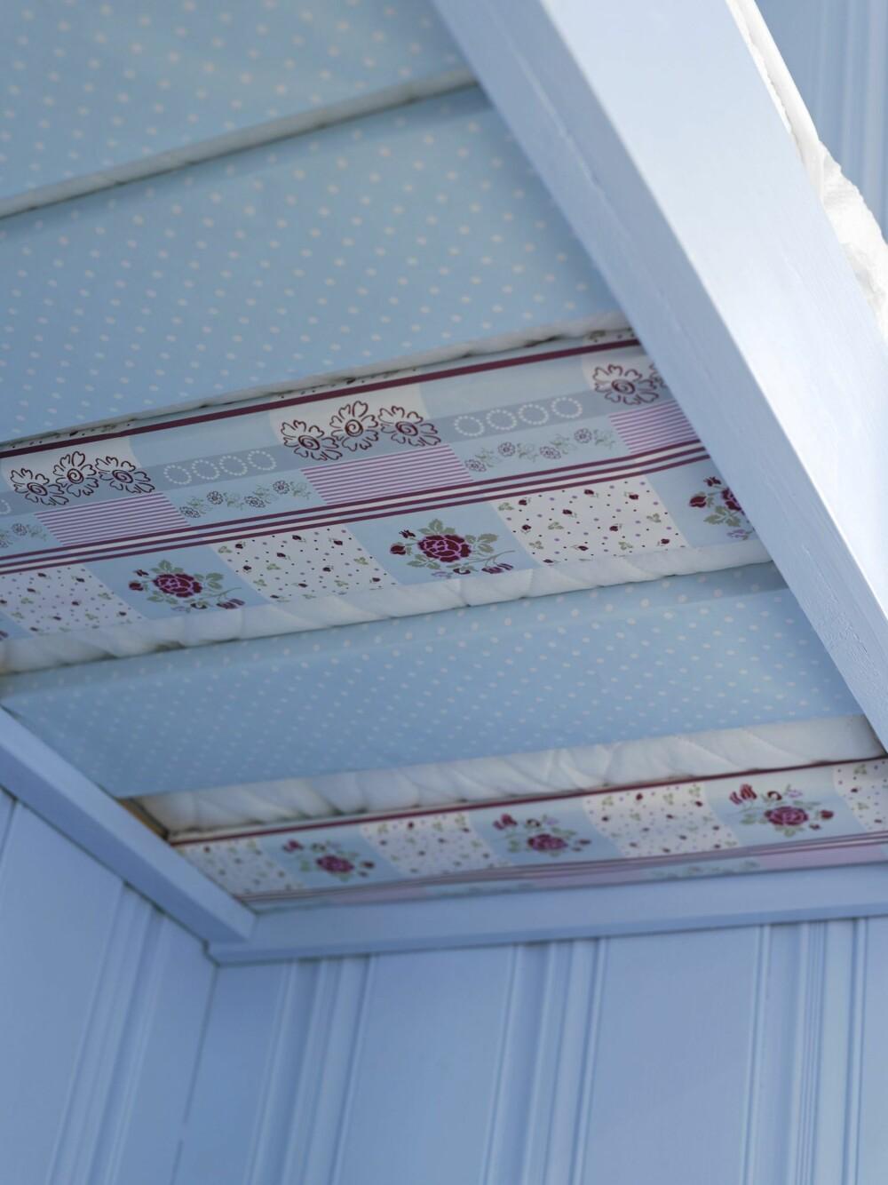 ORIGINAL DEKOR: Ved å dekke sengebjelkene med tapet eller tekstil får du en dekorativ effekt