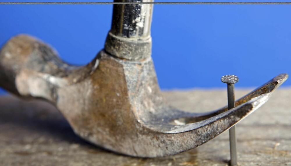 UNNGÅ MERKER: Når man skal trekke ut en spiker (eller skrue) fra et trestykke, er det noen ganger greit å ikke lage merker. Dette kan enkelt gjøres ved å sette en kile eller et trestykke under hammeren eller brekkjernet.
