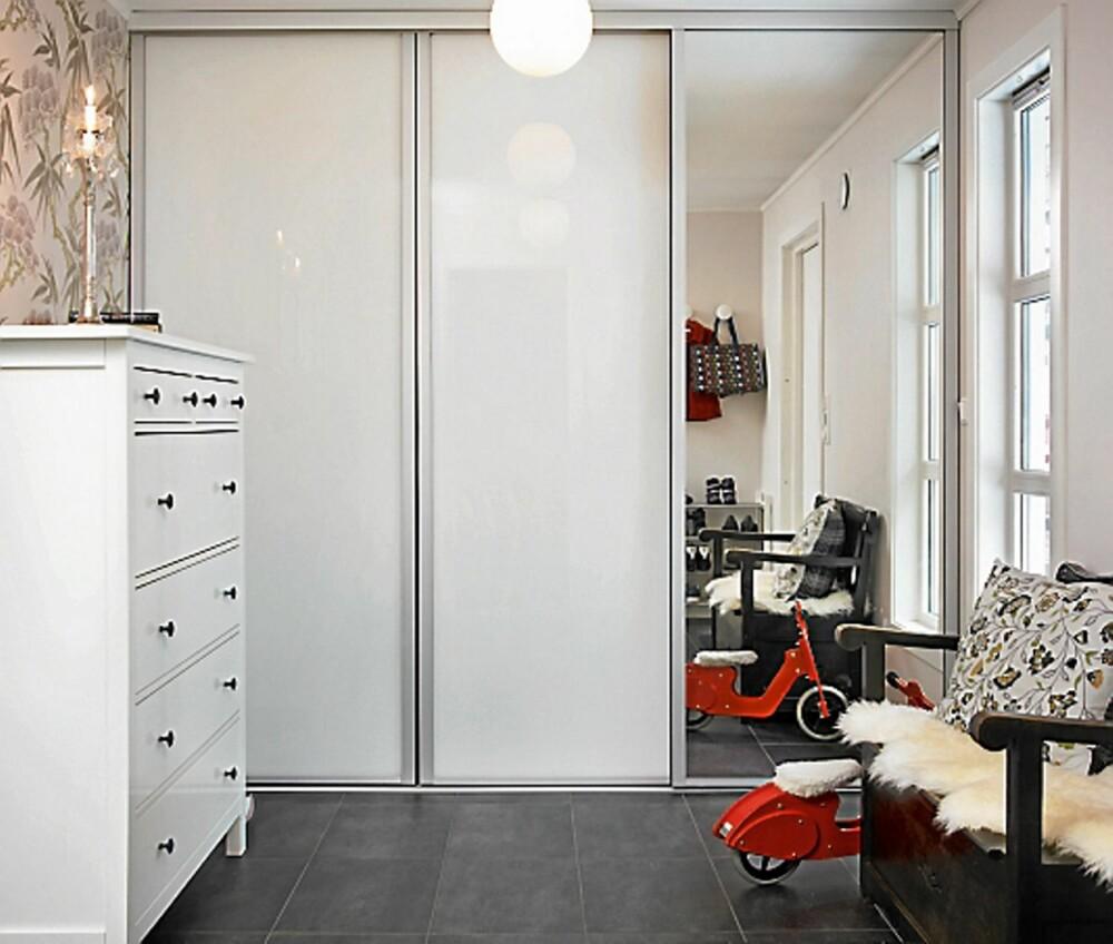 KOMFORTSONE. Gangarealet økte fra 4 til 12 kvadratmeter. Vinduet erstatter den tidligere døren. Sittebenken fant Marit Riset på finn.no, kommode fra Ikea og den røde tresykkelen er barnas.