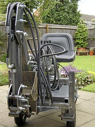 Plater og rør: Hele maskinen er laget av firkantrør og stålplater.