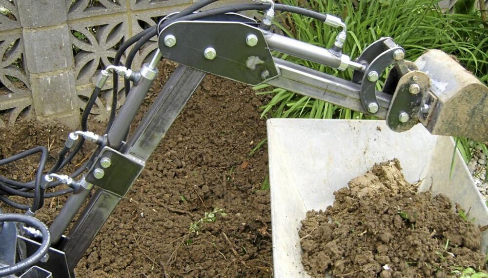 Mikrograver: Andrew Dinen laget sin egen gravemaskin.