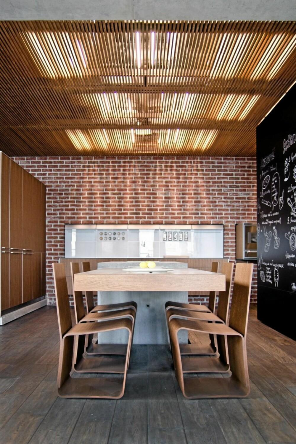 RUSTIKT KJØKKEN: Arkitektene valgte å dekke veggene på kjøkkenet med rød murstein fremfor plater eller panel.
