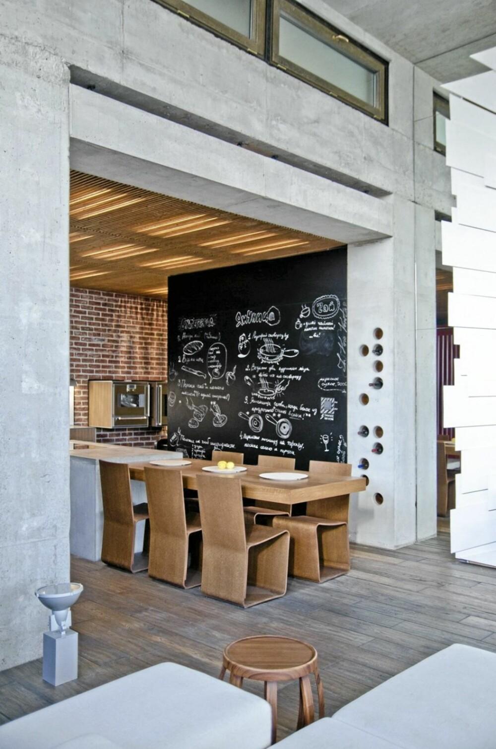 TAVLEVEGG: På kjøkkenet har designerne dekket den ene veggen med en tavle, som gir et rustikk følelse.