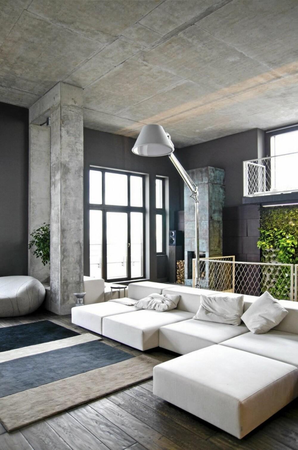 KULE KONTRASTER: Det mørke tregulvet står i tøff kontrast mot de grå betongveggene.