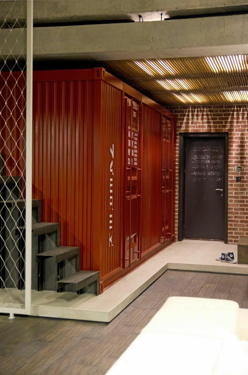 TILPASSET CONTAINER: Designerne har spesiallaget en container inni leiligheten.