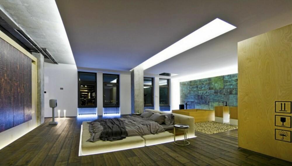 FRITTSTÅENDE SENG: Sengen på hovedsoverommet står plassert midt i rommet uten vegger rundt.