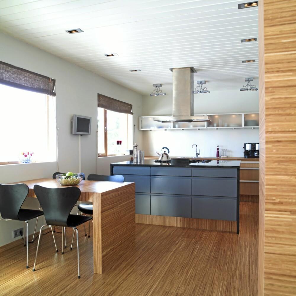 TOTAL DESIGN: Se hvordan interiørarkitekten forsynte rommene med ny belysning, kule tregulv og skillevegg mellom kjøkken- og stuesone.