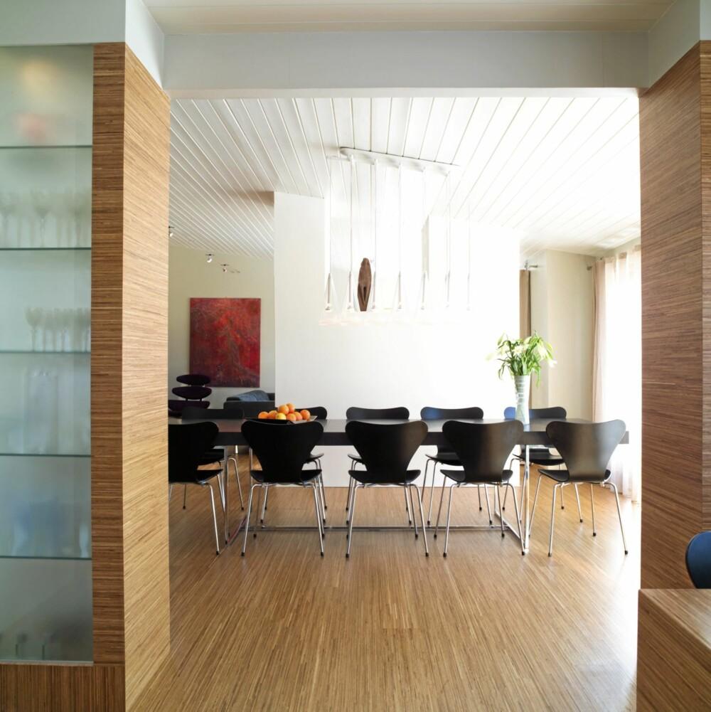 LEKKERT SKILLE: Måten glass- og treveggen deler kjøkken fra stue gir liv og dybde til rommene i første etasje.