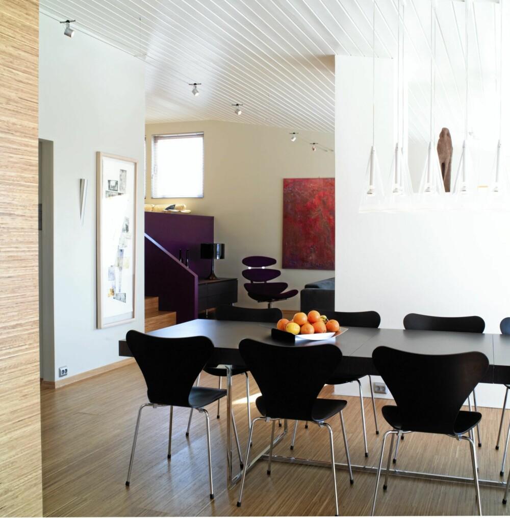 EN GJENNOMFØRT FØRSTE ETASJE: Resten av stuerommet er også utført i ren, moderne stil.