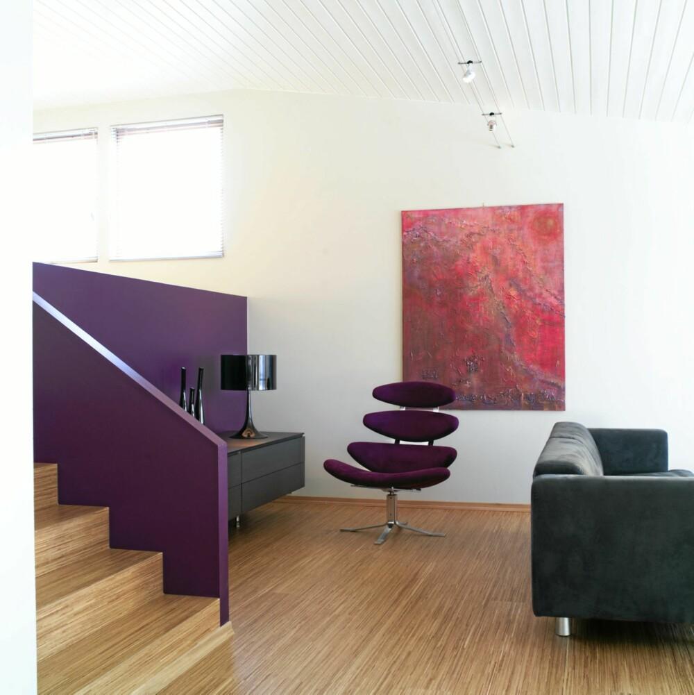 KLARE KONTRASTER: Flere steder, blant ved trappen opp til en ekstra stue ser vi spor etter interiørarkitektens bruk av kontrastfarger.