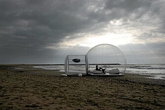 UT MOT HAVET: Noen av teltene kommer med gulv i hardtre - laget spesielt for å kunne brukes på stranden.