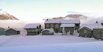 MAJESTETISK: Kleppe Nordigard ligger som er borg eller festning på toppen av åsen og med Sjårdalen i bakgrunnen.