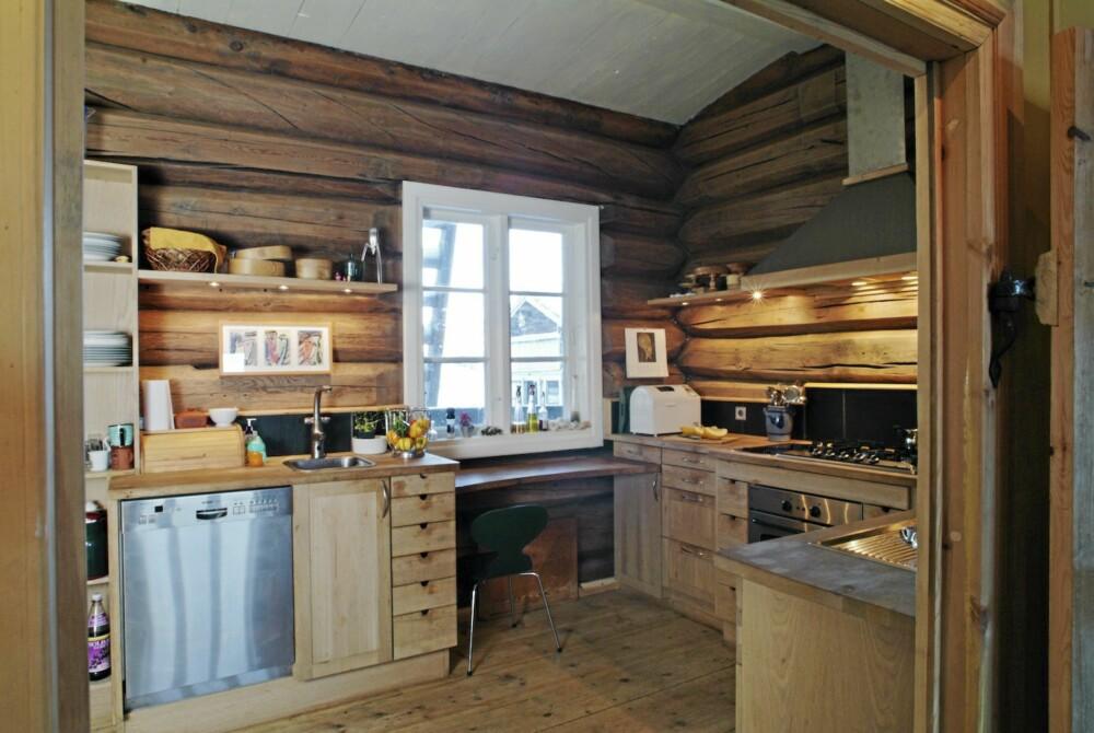 EKTE VARER: Så solid og ekte kan et eikekjøkken bli.  Det er produsert av Lesjaskog Møbler.