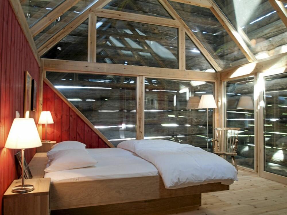 ET LUFTIG ROM: Et dobbeltrom, en rød glass-suite er bygget inn i den gamle låven.