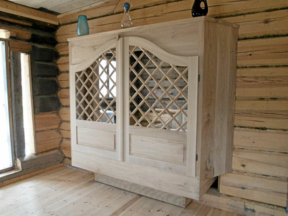 SAMSPILL MELLOM HUS OG INTERIØR: Nyere treskurd passer utmerket i de gamle bygningene i Gammel-Kleppe i Vågå