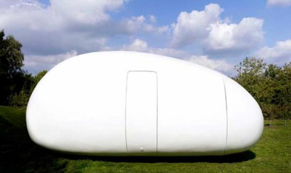 """EGG: En mellomting mellom campingvogn og leilighet, """"""""blob"""""""" minner mest av alt om et gigantisk egg."""