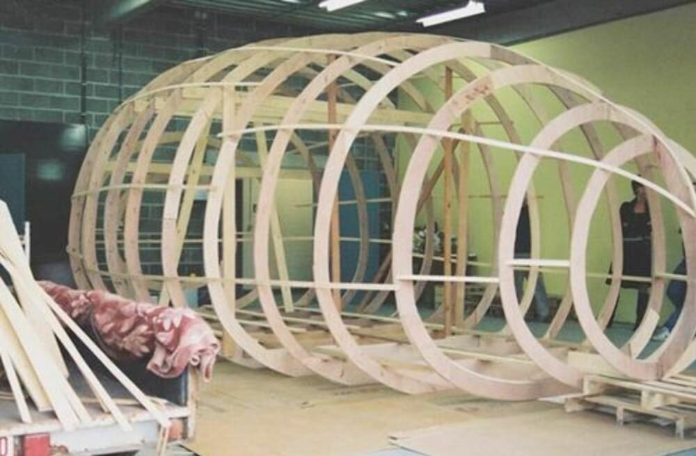 SKJELLETT: En trekonstruksjon ble formgitt først, som så ble belagt med polyester.